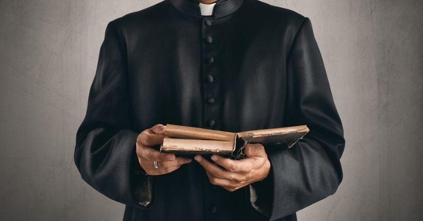 Ksiądz z Biblią